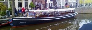 """Salonboot Avanti op de Amsterdamse grachten bij cafe """"Het Smalle"""""""