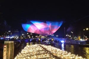 Lichtkunstwerk Janet Echelman gedurende 1 ste editie Amsterdam Light Festival