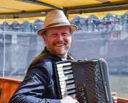 Huur een accordeonist voor een rondvaart in Amsterdam