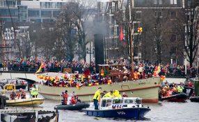Intocht Sinterklaas in Amsterdam bij de Magere brug