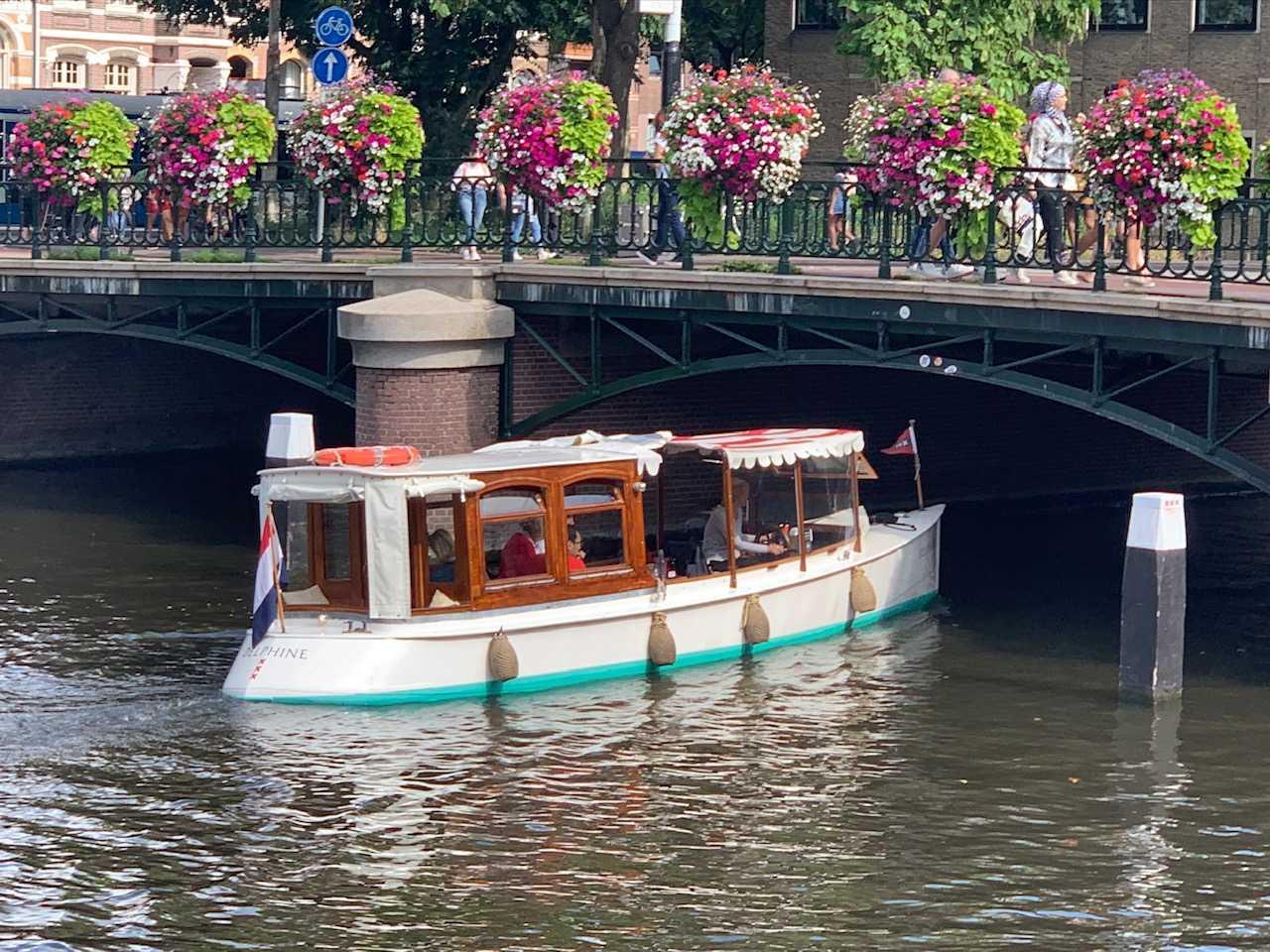 Salonboot Delphine Amsterdam bij de Museumbrug